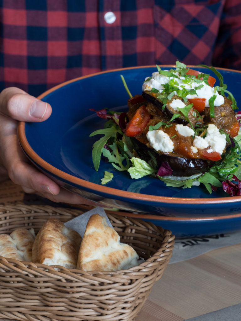 Kleftiko – aromatyczna baranina zapieczona na bakłażanie z serem feta i warzywami podana z jogurtem greckim i świeżą kolendrą