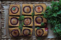 Jaglany placek ze śliwkami – wersja bez nabiału i bez glutenu
