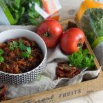 Gulasz z czarnej soczewicy z pomidorami i ziołami włoskimi