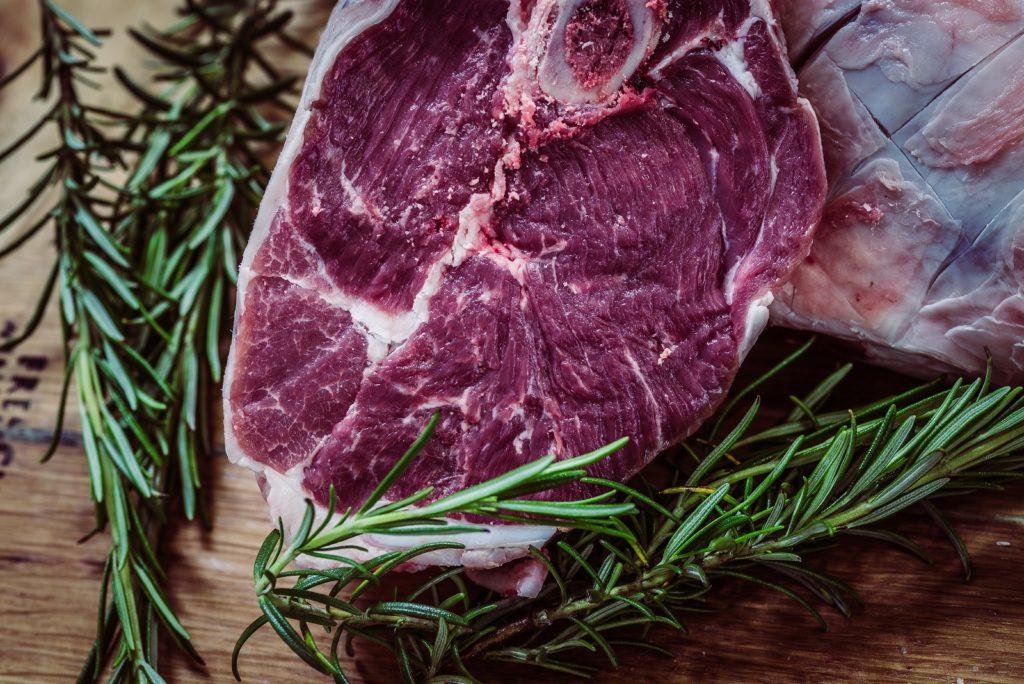 Mięso czerwone jest jednym ze źródeł dobrze przyswajalnego żelaza. Prawidłowy poziom żelaza jest szczególnie istotny u osób z zaburzeniami pracy tarczycy, zwłaszcza chorobie Hashimoto.