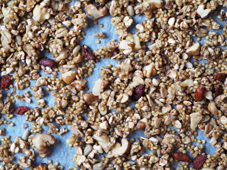 Jaglana granola z syropem klonowym, jabłkiem i cynamonem