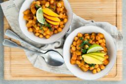 """Chana masala z ziemniakami – wegański przepis z książki """"Dieta na Wynos"""""""