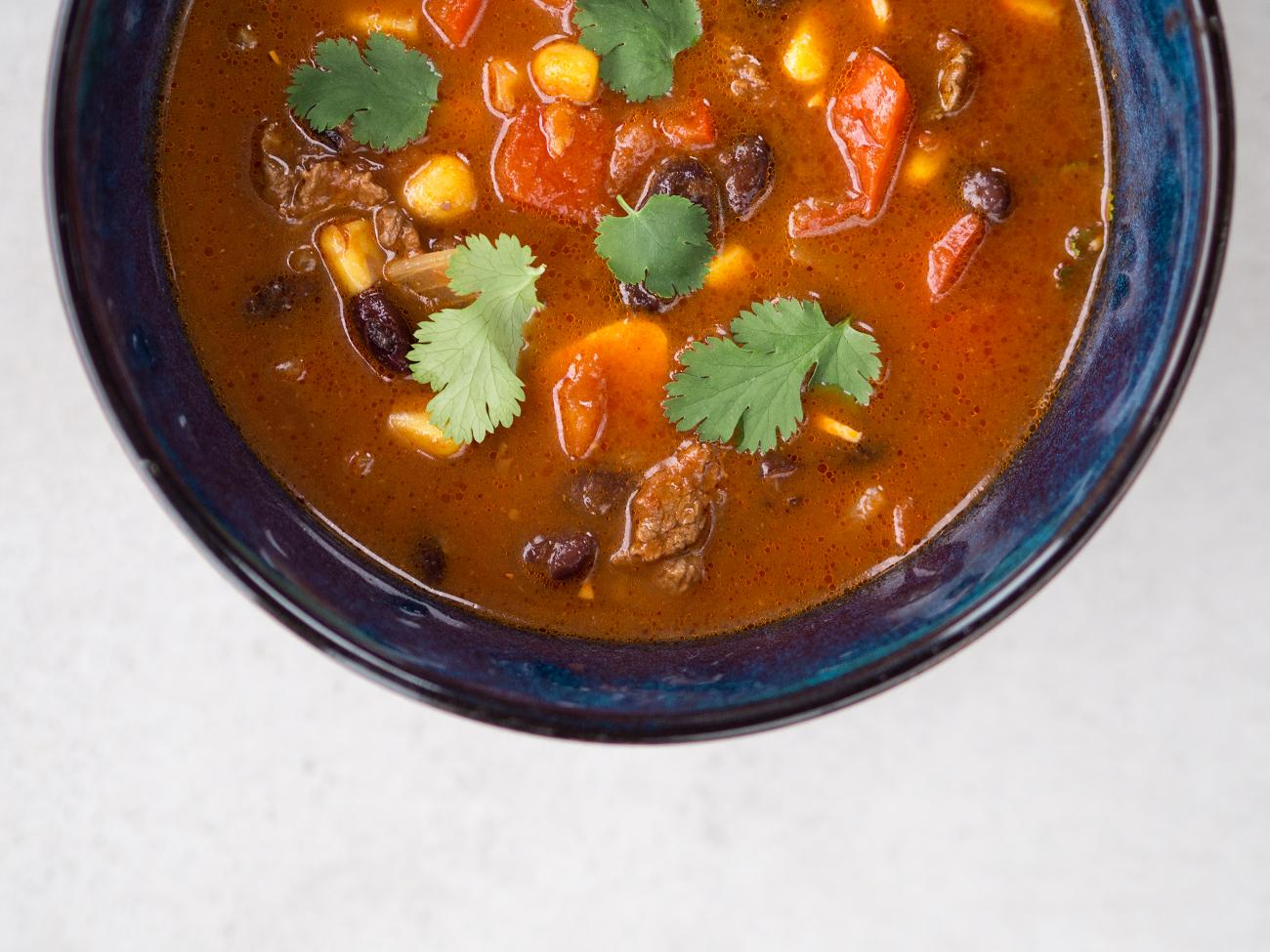 """Zupa meksykańska z wołowiną i fasolą – przepis z książki """"Dieta na Wynos"""""""