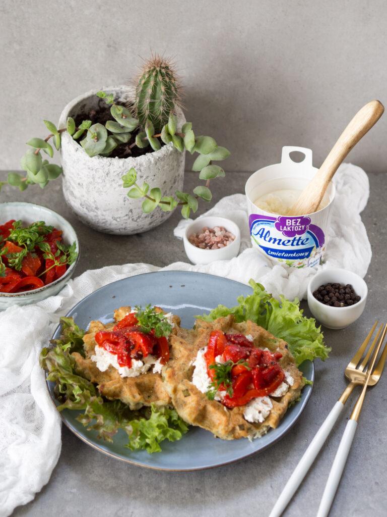 gofry ziemniaczano-gryczane z serkiem śmietankowym Almette bez laktozy i pieczoną papryką