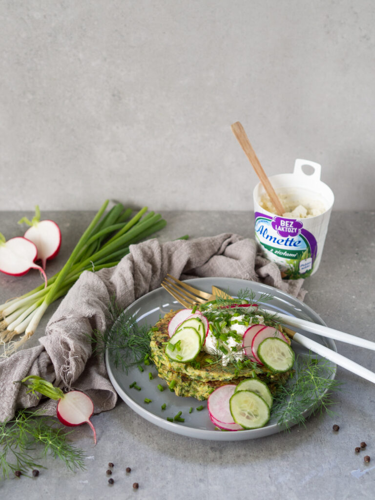 Placuszki z cukinii z serkiem ziołowym Almette bez laktozy i nowalijkami