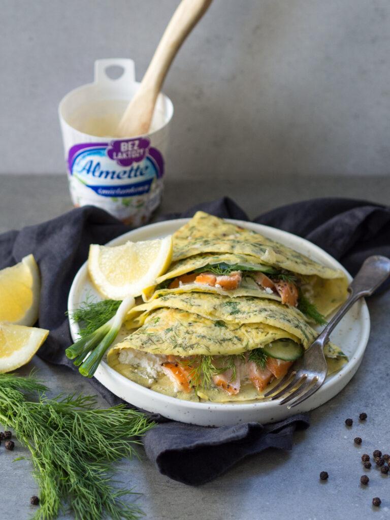Cienkie omlety ziołowe z serkiem śmietankowym Almette bez laktozy, łososiem, ogórkiem i koperkiem