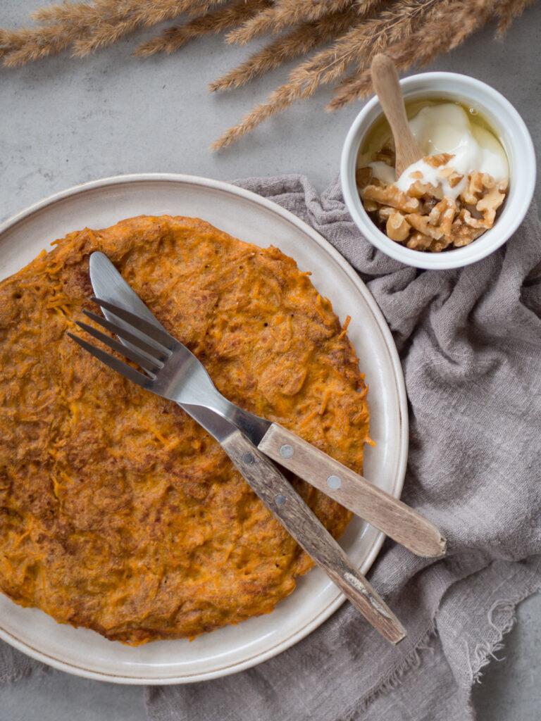 Omlet marchewkowy z jogurtem, miodem i orzechami