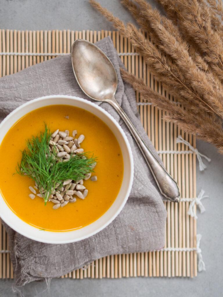 Zupa marchewkowa z prażonym słonecznikiem