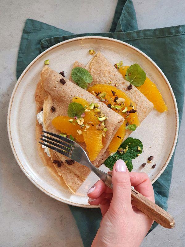 naleśniki pełnoziarniste z ricottą straciatella, pomarańczą i pistacjami