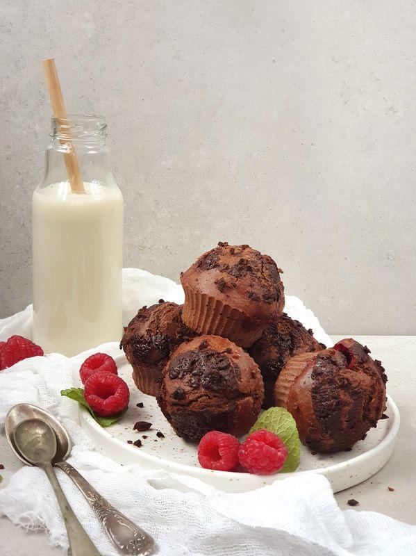 pełnoziarniste muffinki czekoladowe z malinami