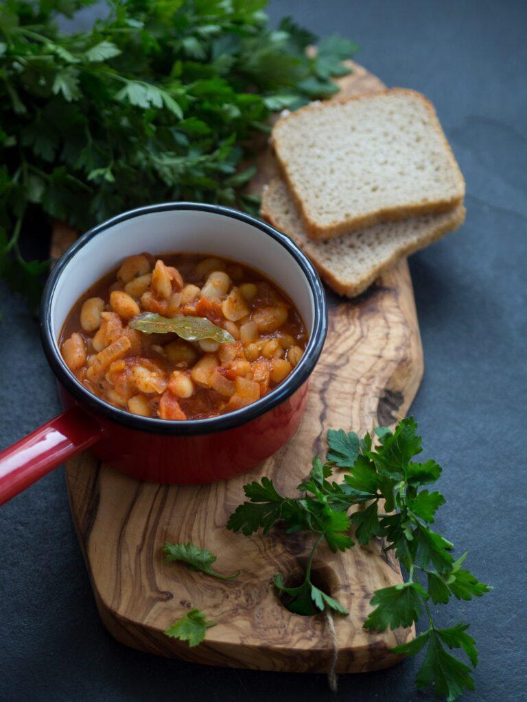 fasolka po bretońsku - fasola jest dobrym źródłem żelaza w diecie wegetariańskiej i tradycyjnej. Warto łączyć ją z dużą ilością pietruszki.