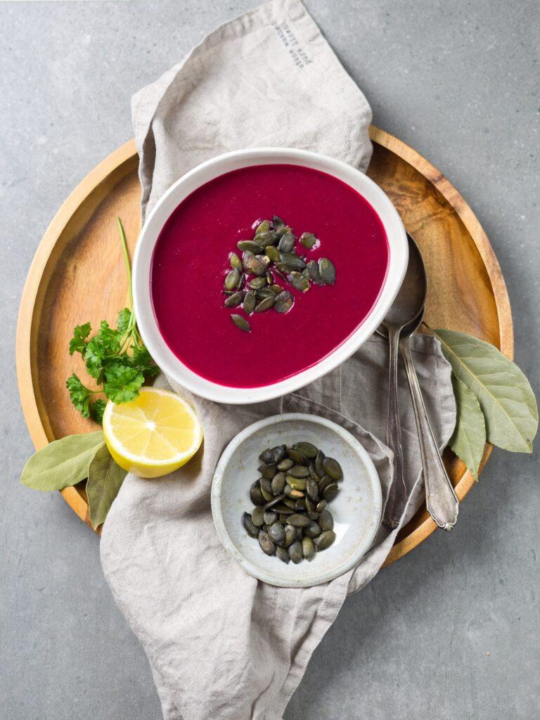 Buraki w połączeniu z fasolą, pestkami dyni, sokiem z cytryny i natką pietruszki to świetny pomysł na posiłek dla osób z anemią.